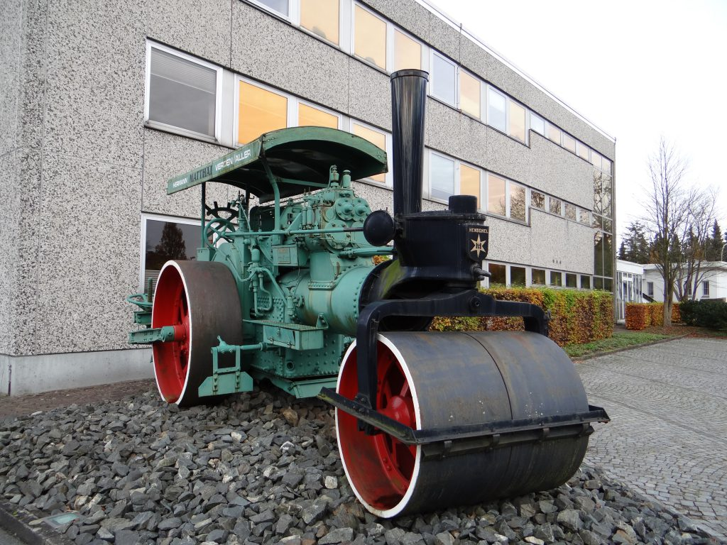 5503_Henschel_Dampfwalze_vor_Matthäi_Bauunternehmen